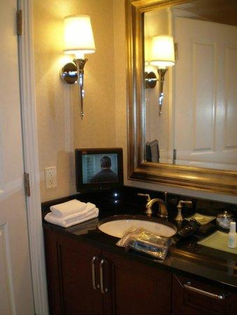 ذا سيجنيتشر آت إم جي إم جراند: Bathroom with TV