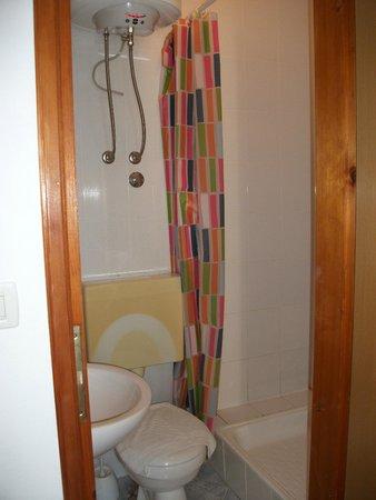 Pupo Rooms: Baño-especial atención en la cisterna..
