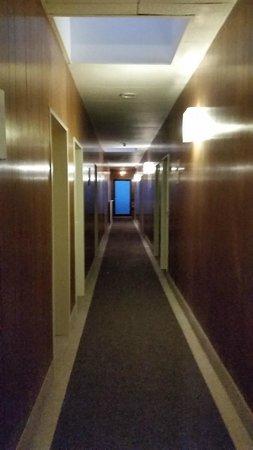 سنترال - هوتل تيجيل: Dark, uninviting hallway