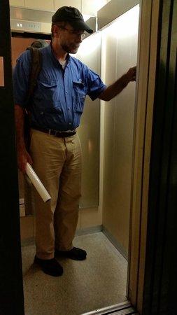 سنترال - هوتل تيجيل: Tiny elevator
