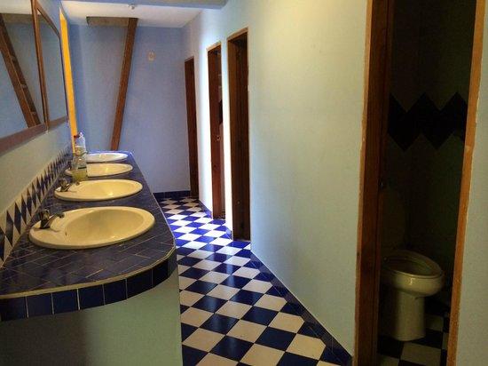 La Brisa Loca Hostel: Banheiros compartilhados