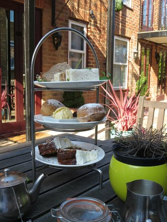 Cotswold Lodge Hotel: High tea in the courtyard
