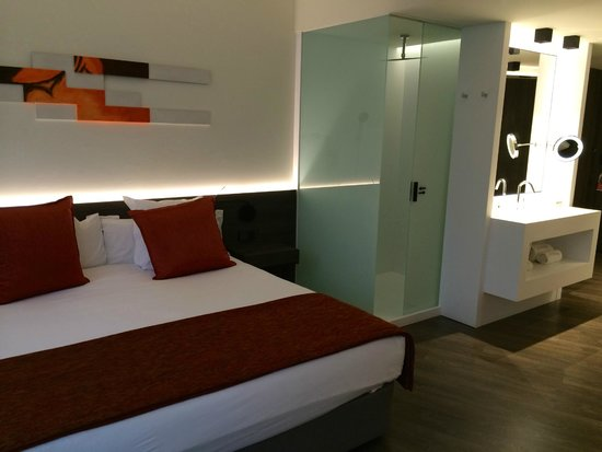 Olivia Balmes Hotel: Shower and sink in the room