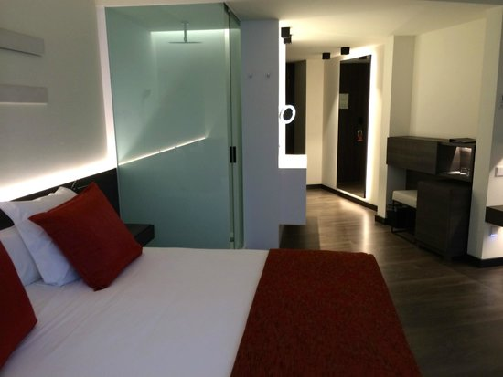 Olivia Balmes Hotel: Room with shower beside the bed