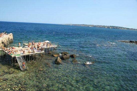 Una piattaforma sotto l 39 isola da cui si pu fare il bagno - Varicella si puo fare il bagno ...