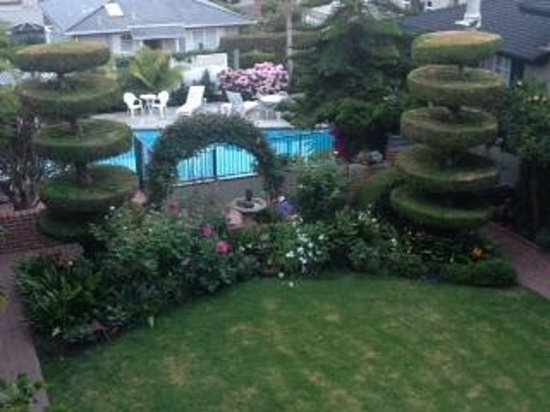 Laguna Beach Motor Inn: The Courtyard and Swimming Pool
