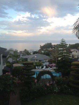 Laguna Beach Motor Inn : Courtyard with the ocean view!!