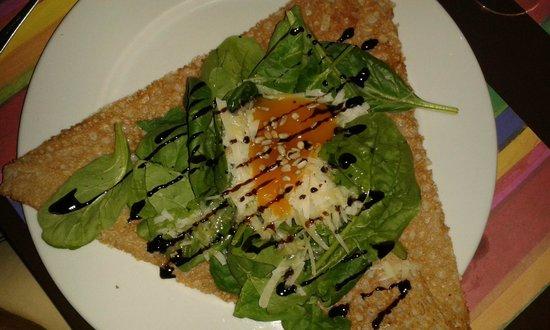 La Vedette: crepe de espinacas, queso y confitura