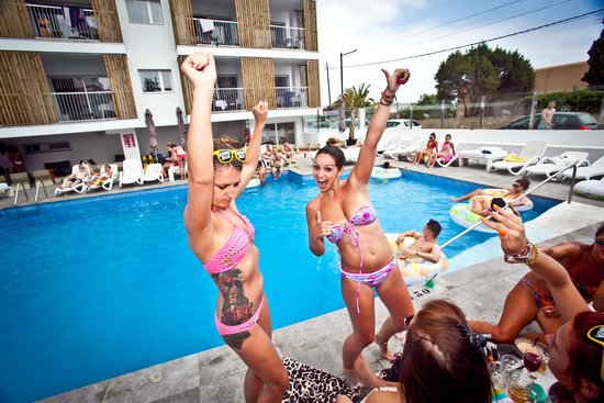 Ryans Ibiza Apartments: A day at the pool