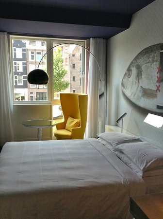 Andaz Amsterdam Prinsengracht: bedroom overlooking the cana.