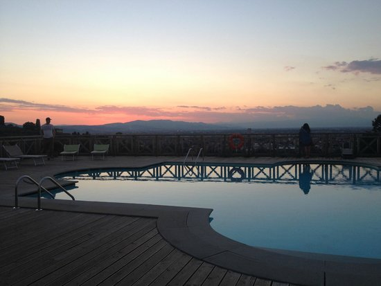 Villa Tolomei Hotel and Resort: The pool and view at sunset