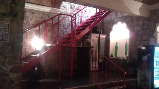 Orquidea Thai Restaurant: stairs from street level down to restaurnat level