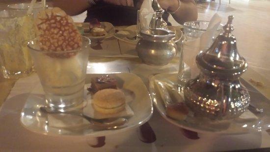 16 Cafe: petit dessert glacer avec ses delicieux macaron ainsi qu'un bon thé à la menthe