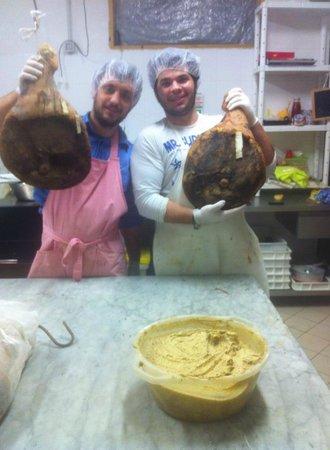 Azienda Agrituristica Masseria Montenero: lavorazione dei prosciutti