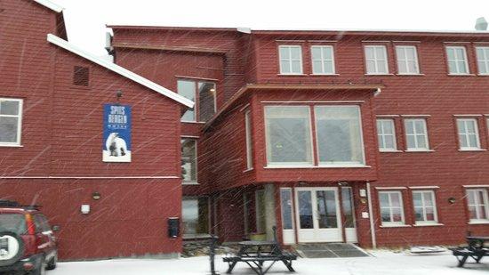 Spitsbergen Hotel: Front of hotel