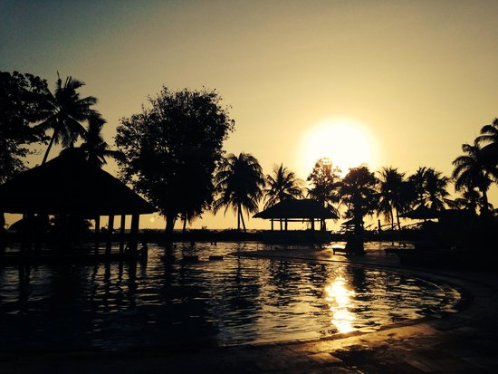 The Santosa Villas & Resort : Sunset view from the pool