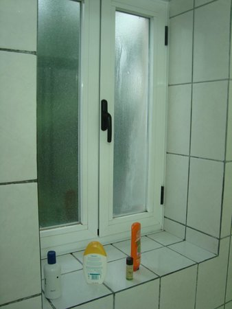 Montalegre Hotel: janela casa de banho