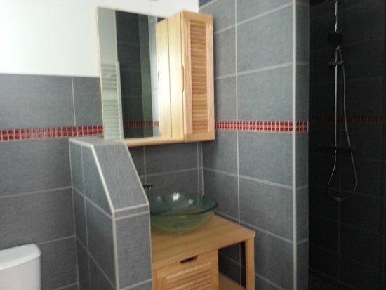 Le 6.3 Resto Home: la salle de bain de la chambre rouge