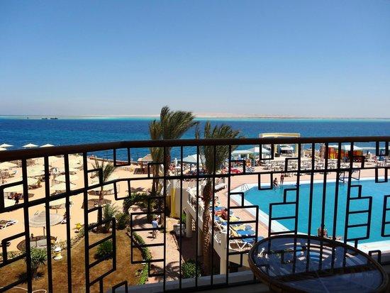 صن رايز هوليدايز ريزورت: la vue sur la piscine et la mer de notre chambre