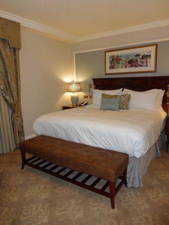 The Shelbourne Dublin, A Renaissance Hotel: King size bed