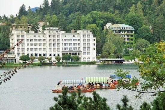 جراند هوتل توبليس: Hotel from across Lake Bled