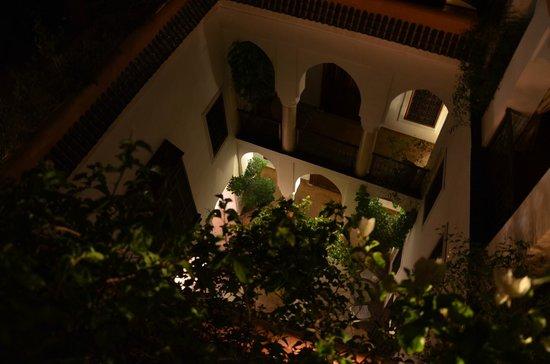 Riad Marelia: Cour du Riad vu des hauteurs de la terrasse