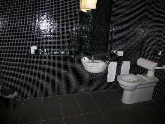 ذا فيتزويليام هوتل بلفاست: towels hang next to toilet