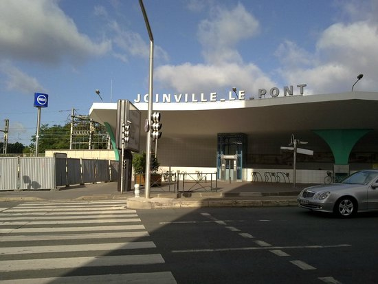 Kyriad Prestige Joinville Le Pont: Stanice metra