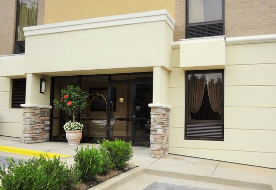 Comfort Inn Shady Grove: Hotel Rear Entrance