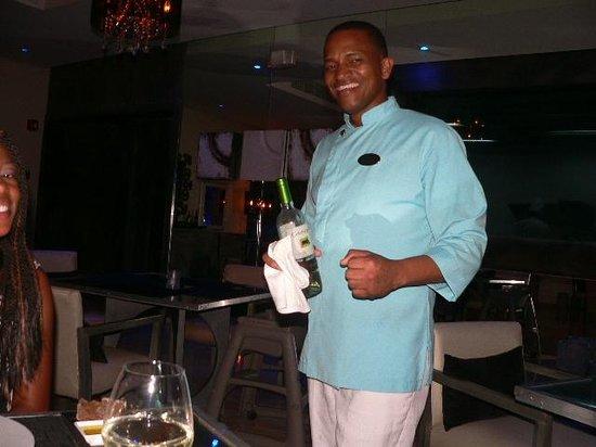 ذا ريزيرف آت باراديسوس بالما ريال: This guy is soo sweet! He's one of the best servicers at Aqua!!