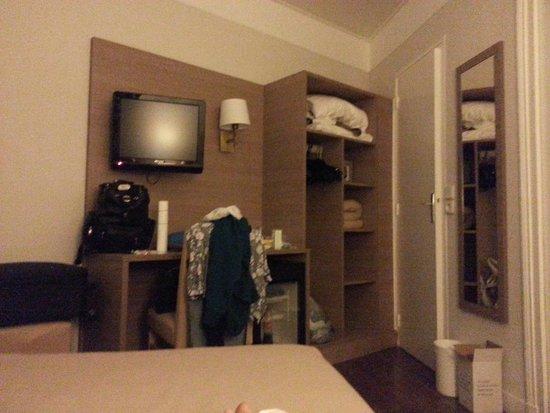 Lux Hotel Picpus: scrivania, frigo, armadio, cassaforte e porta del bagno