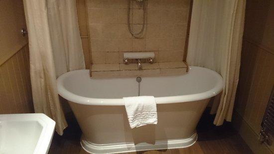 ذا كراون إن: The bathroom of room 2