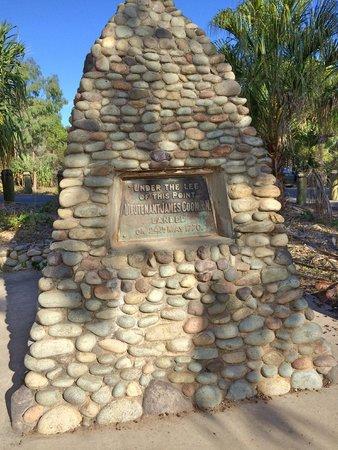 ذي إدج أون بيتشيز: Cook monument at 1770 (1st landing in Queensland)