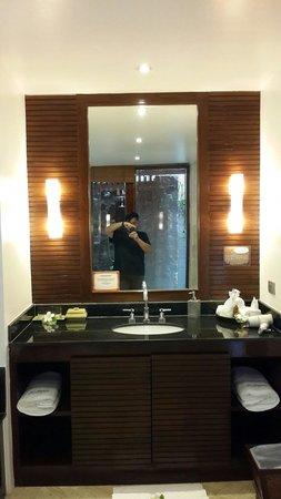 Ayara Hilltops Boutique Resort & Spa: Well organized vanity of bedroom #1