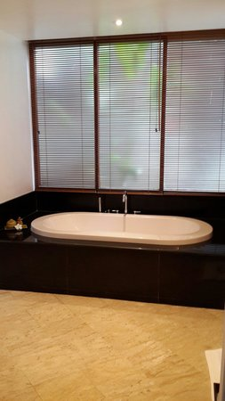 Ayara Hilltops Boutique Resort & Spa: The large tub for much needed relaxation of bedroom #1