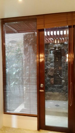 Ayara Hilltops Boutique Resort & Spa: The entry to the ourdoor shower of bedroom#1
