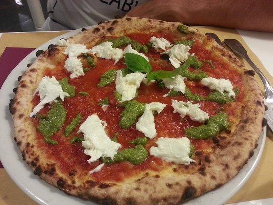 MOMA Pizzeria Romana: Pizza tricolore (bufala, pomodoro, pesto)