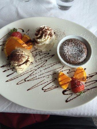 Al Mirapiave: Tortino al cioccolato con fragole e arancia! Divino!!!