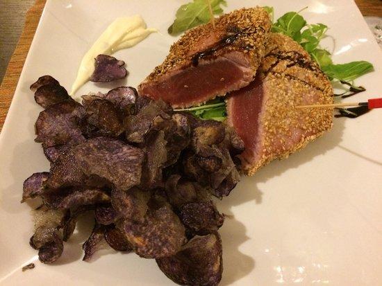 I Cavalieri: Filetto di tonno con semi di sesamo, patatine viola e insalata! Meraviglioso!!!
