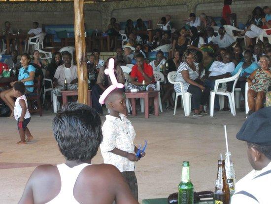 Big Tree Beach Hotel Mombasa Kenya: Танцы кенийских детишек