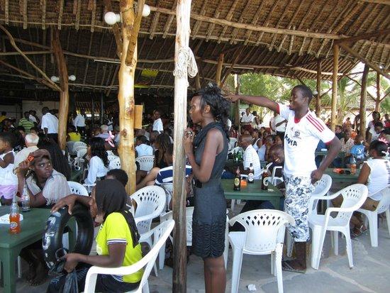 Big Tree Beach Hotel Mombasa Kenya: Воскресным вечером