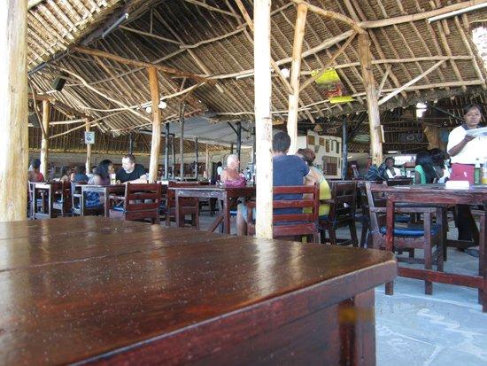 Big Tree Beach Hotel Mombasa Kenya: Днем туристы из Бамбури приходят перекусить и поболтать