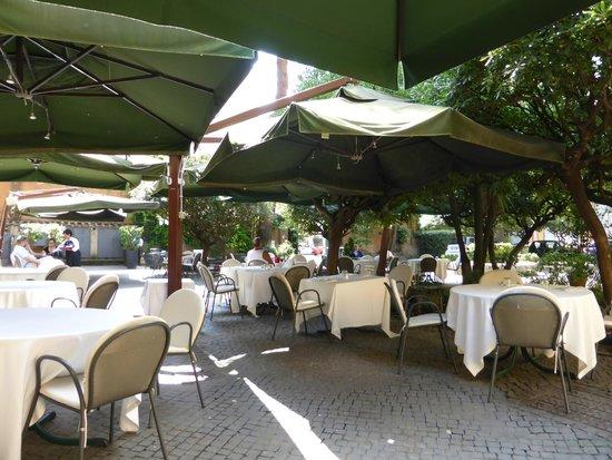 tr s agr able terrasse sous les parasols foto di la veranda dell 39 hotel columbus roma. Black Bedroom Furniture Sets. Home Design Ideas