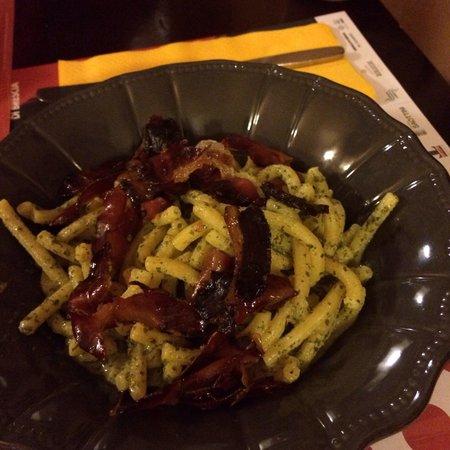 Vecchia Praga: Pasta al pesto di prezzemo sedanini con speck croccante
