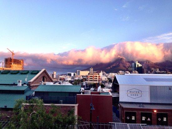كوين فيكتوريا هوتل: View from our window - the cloud descends over Table Mountain.