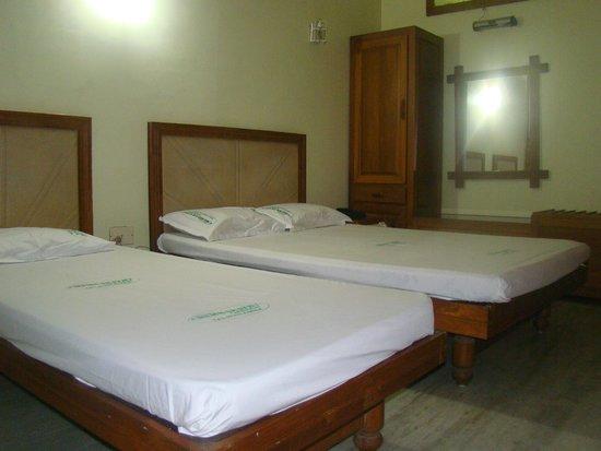 Capital O 33483 Hotel Chembarathy Garden: DELUXE ROOM