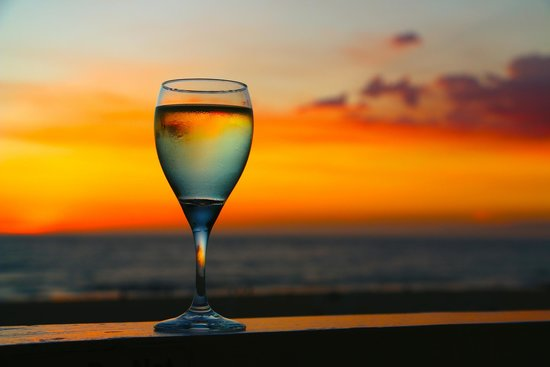 Beach House Hotel Hermosa Beach: Beautiful Sunsets from balcony and a relaxing place to drink wine