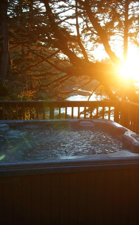 Terrace Beach Resort: Hot tub on deck of Captains Quarters