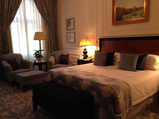 Four Seasons Hotel Prague: lovely decor and room to move