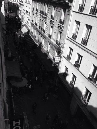 Hotel les Hauts de Passy: La vista desde una de las habitaciones hacia la calle donde se ubica la entrada del hotel. Habit